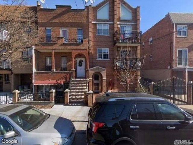 4 BR,  3.00 BTH Duplex style home in Woodside