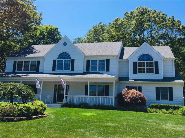 5 BR,  2.50 BTH Colonial style home in Mt. Sinai