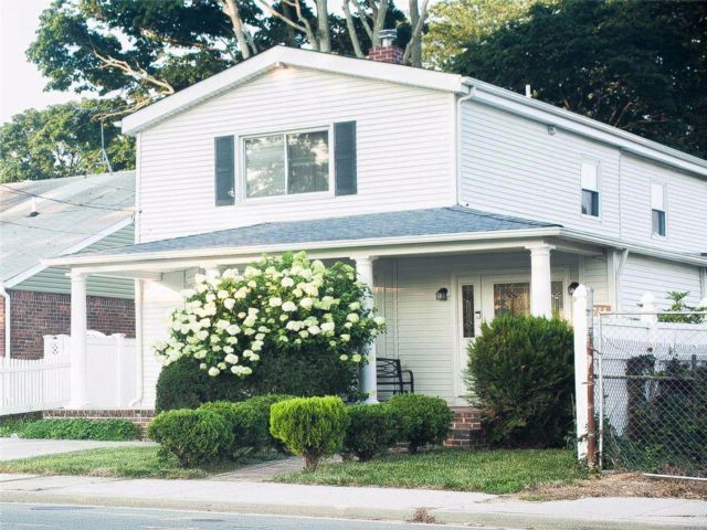 3 BR,  3.00 BTH Colonial style home in Seaford