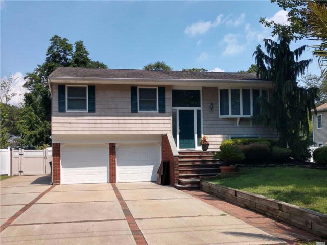 4 BR,  2.00 BTH  Hi ranch style home in Hauppauge