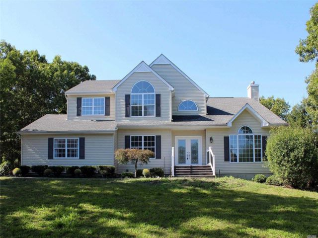 5 BR,  2.50 BTH Colonial style home in Manorville