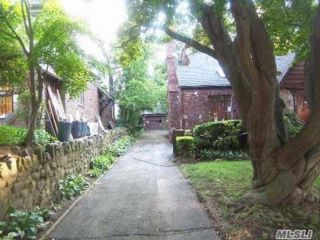 5 BR,  3.50 BTH House rental style home in Jamaica Estates