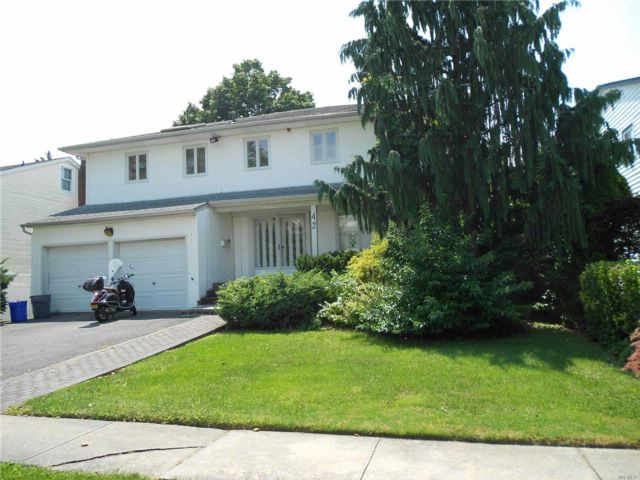 4 BR,  3.50 BTH Colonial style home in North Woodmere