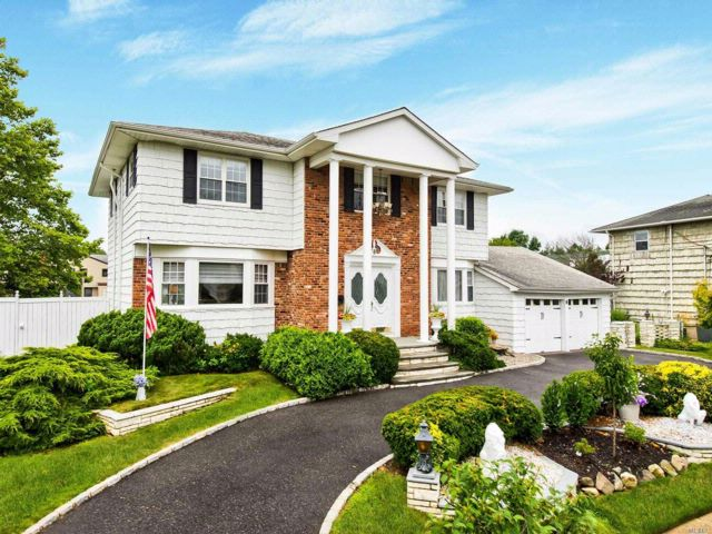 5 BR,  3.50 BTH Colonial style home in Massapequa Park