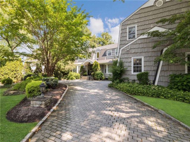7 BR,  5.50 BTH Colonial style home in Woodsburgh