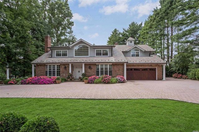 5 BR,  3.55 BTH Colonial style home in Garden City