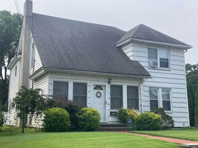 5 BR,  2.50 BTH Colonial style home in Mineola