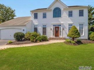 4 BR,  2.50 BTH Colonial style home in Mt. Sinai
