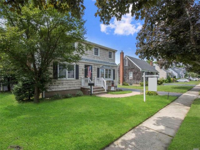 5 BR,  2.00 BTH Colonial style home in Bethpage