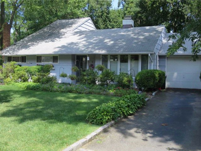 4 BR,  2.00 BTH  Ranch style home in Glen Cove