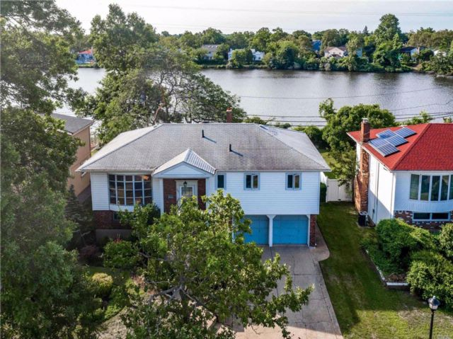 5 BR,  2.50 BTH Hi ranch style home in North Woodmere