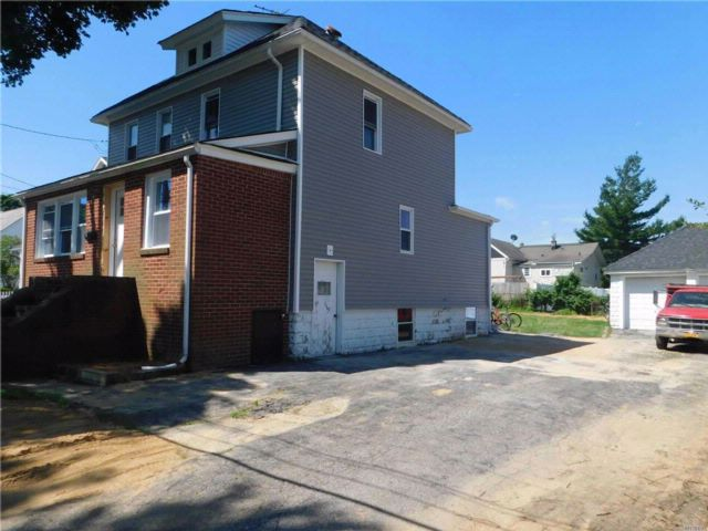 4 BR,  2.00 BTH  Exp cape style home in Copiague