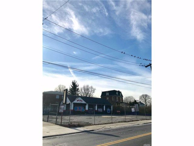 Lot <b>Size:</b> 104 X 102 Land style home in Staten Island