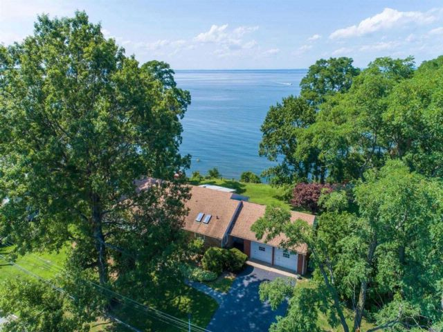 3 BR,  2.50 BTH Ranch style home in Northport