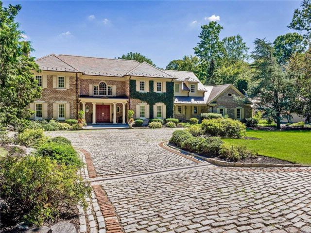 5 BR,  4.55 BTH Colonial style home in Matinecock