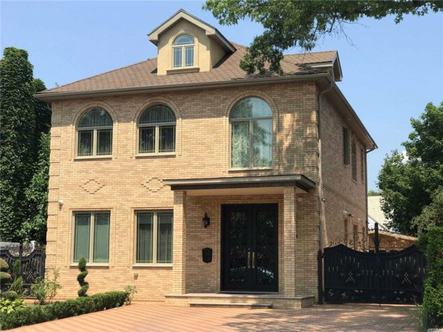 5 BR,  4.50 BTH Colonial style home in Forest Hills