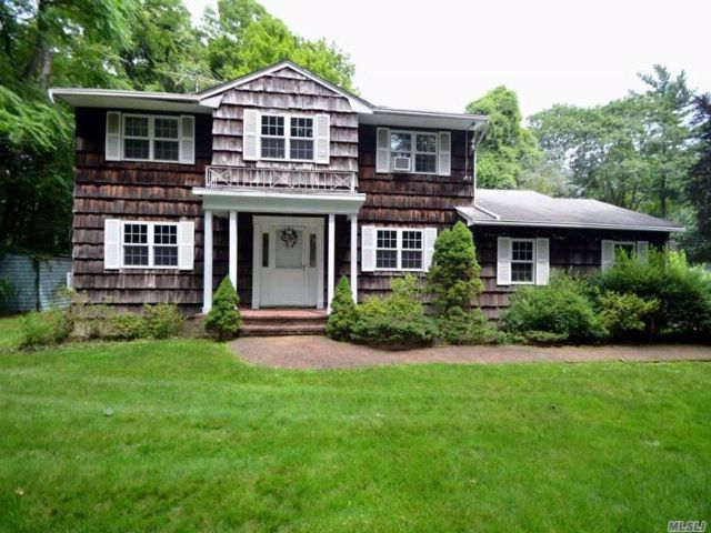 4 BR,  3.00 BTH  Colonial style home in Roslyn Harbor
