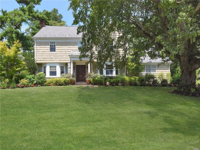 5 BR,  3.50 BTH  Colonial style home in Woodsburgh
