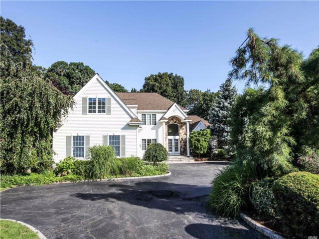 5 BR,  4.50 BTH Colonial style home in Dix Hills