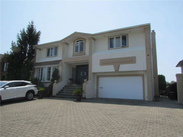 4 BR,  2.55 BTH Splanch style home in Bellmore