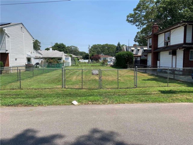Lot <b>Size:</b> 40x100  Land style home in Copiague