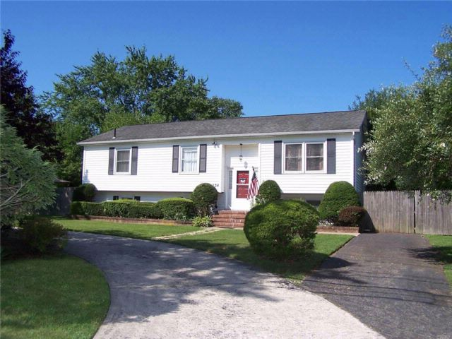 5 BR,  3.00 BTH Hi ranch style home in Coram
