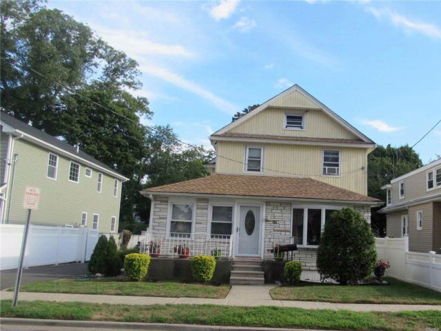 3 BR,  2.50 BTH Colonial style home in Roosevelt