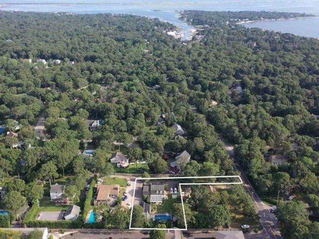 5 BR,  5.00 BTH Colonial style home in Hampton Bays