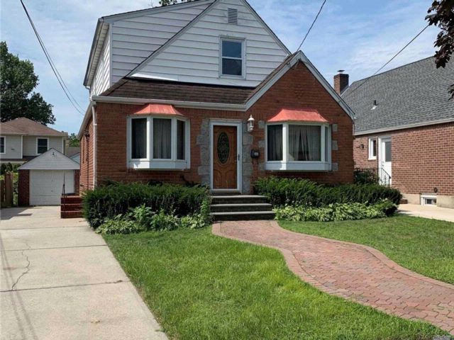 4 BR,  2.00 BTH Exp cape style home in Floral Park