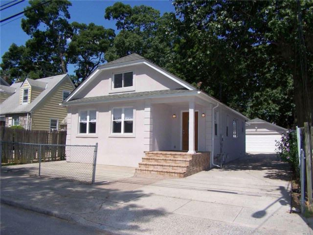 5 BR,  2.00 BTH Cape style home in Roosevelt