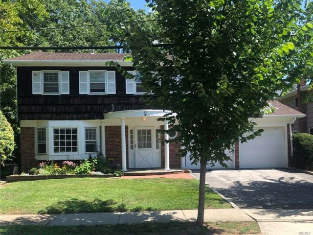 4 BR,  2.50 BTH Splanch style home in Woodmere
