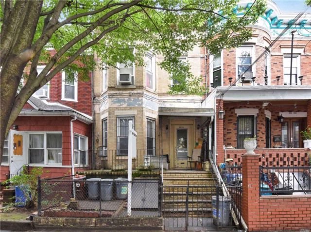 3 BR,  4.00 BTH Other style home in Woodhaven