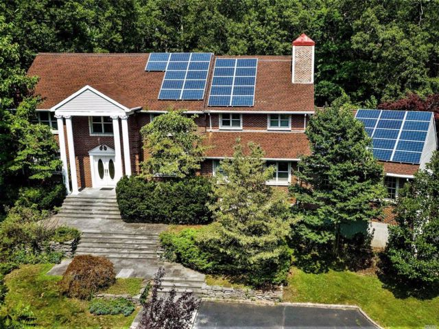 5 BR,  5.00 BTH Colonial style home in Oyster Bay Cove