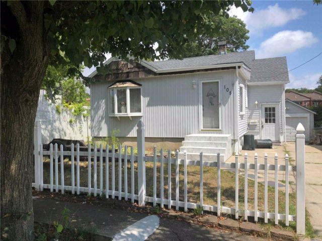 2 BR,  2.00 BTH  Ranch style home in Bellmore