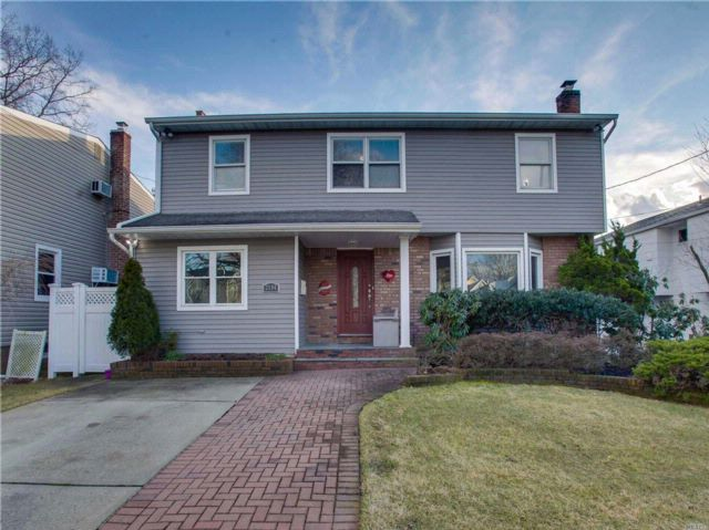 4 BR,  2.50 BTH Colonial style home in North Merrick