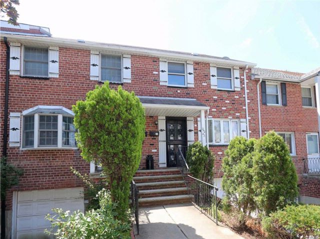 3 BR,  1.50 BTH Townhouse style home in Little Neck
