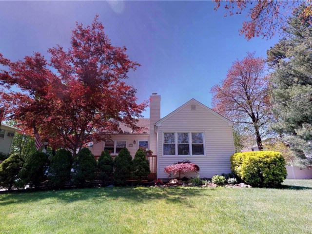 3 BR,  1.00 BTH  Ranch style home in Dix Hills