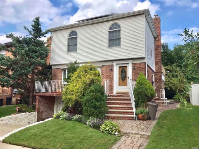 5 BR,  3.50 BTH Colonial style home in Bayside