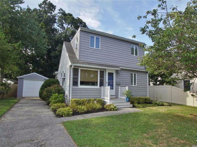 3 BR,  1.50 BTH Cape style home in West Islip