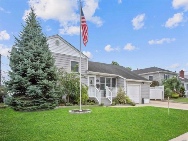 3 BR,  2.00 BTH Split style home in Seaford