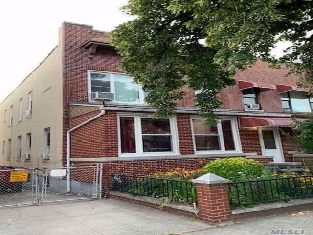 5 BR,  3.00 BTH 2 story style home in Astoria