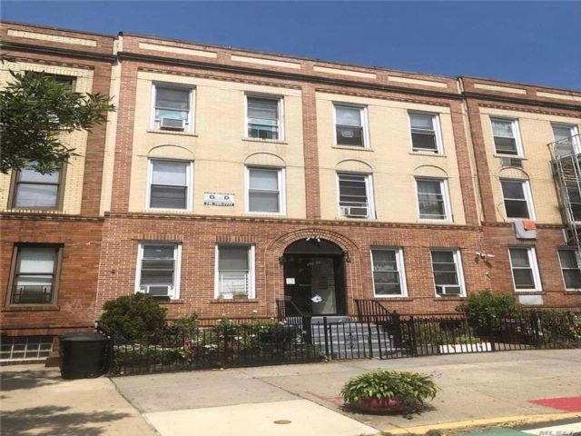 18 BR,  6.00 BTH Townhouse style home in Woodside