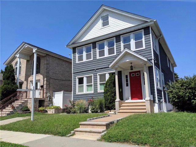 5 BR,  2.50 BTH Colonial style home in Whitestone