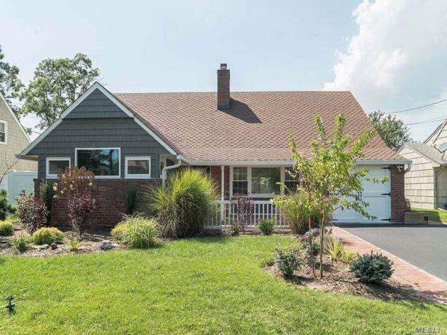 4 BR,  2.00 BTH  Farm ranch style home in East Rockaway