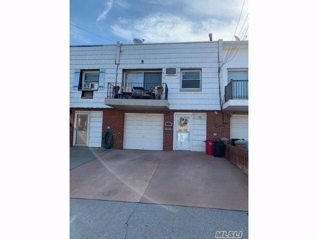 3 BR,  2.55 BTH Townhouse style home in Howard Beach