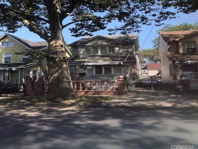 4 BR,  3.56 BTH Colonial style home in Jamaica