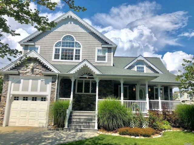 5 BR,  3.00 BTH Colonial style home in Babylon