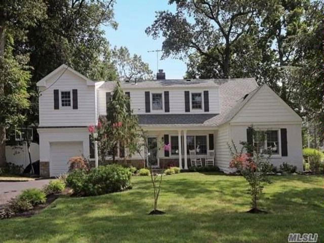 5 BR,  3.55 BTH  Colonial style home in Merrick