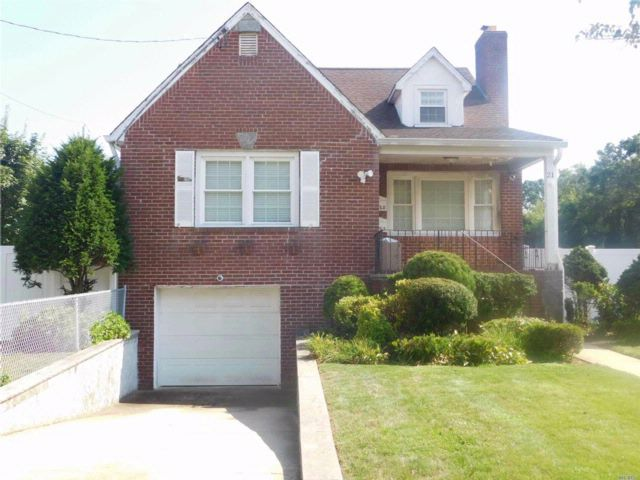 2 BR,  1.00 BTH Cape style home in East Rockaway