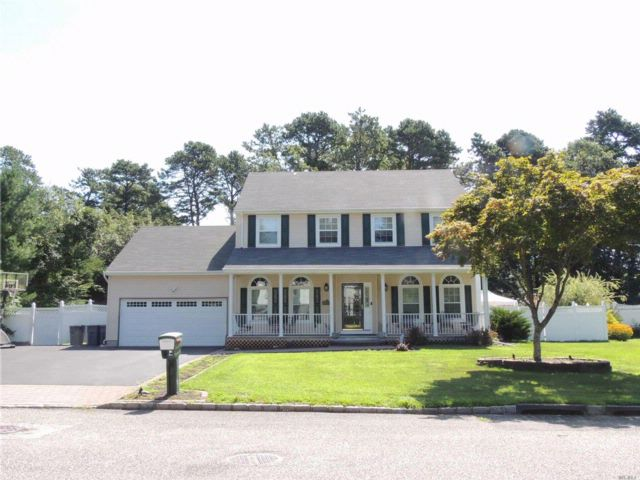 4 BR,  2.50 BTH Colonial style home in Coram